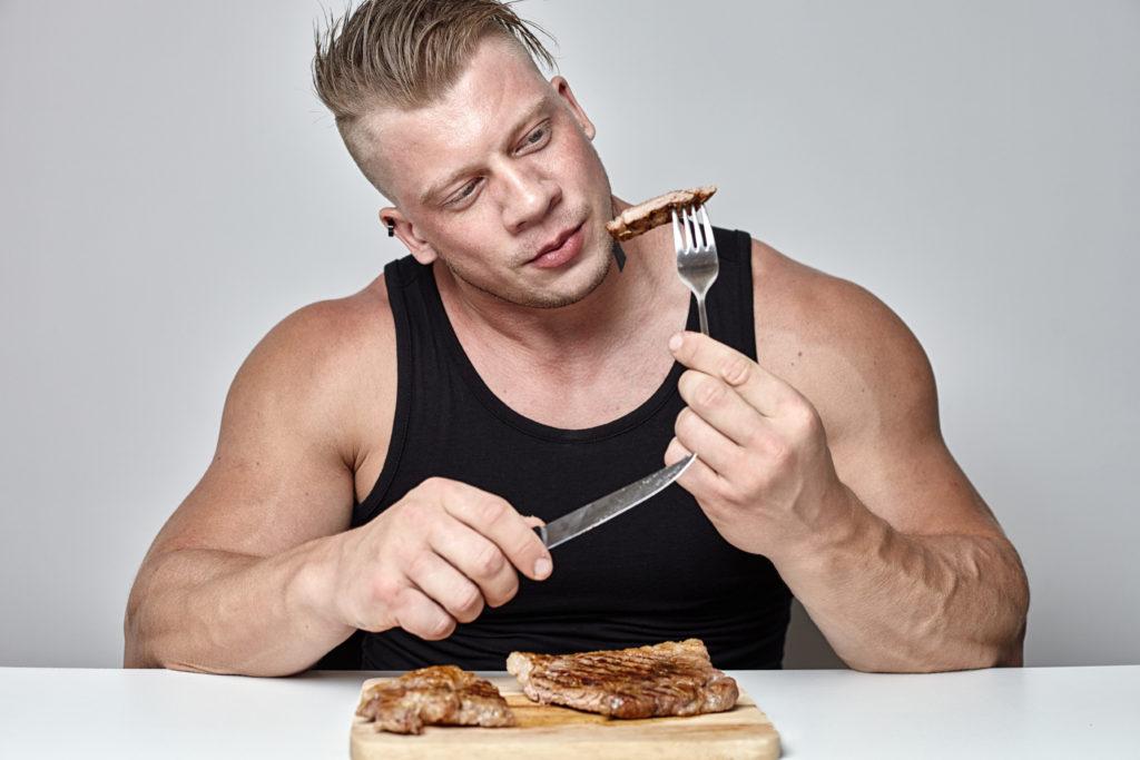 ステーキを食べようとする男性